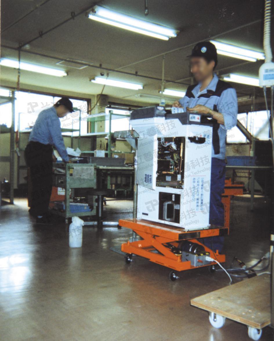 重量型電動油壓升降平台的產品使用說明圖(此為加輪子的改造板)