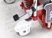 平台堆高機: 剎車系統可以同時將兩個輪子剎住